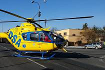 Záchranářský vrtulník přistál v křižovatce.