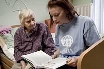 Dobrovolníci hrají v hospici důležitou roli. Přináší lidskou podporu prostřednictvím osobních návštěv a sdílení společných okamžiků.