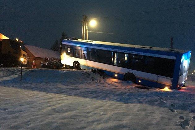 Havarovaný autobus mezi Šenovem a Frýdkem-Místkem.