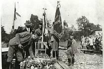 Kladení základního kamene ke stavbě sokolovny v Bašce (7.červenec 1929). Zleva: Albín Mojžíšek, František Karásek (v civilu), Josef Jansa a Jan Demel (s vlajkami) a Štěpán Šajer.