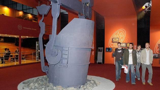 Návštěvníci procházejí oceněnou třineckou expozicí.