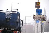 Městští strážníci ve Frýdku-Místku nyní využívají dva nové radarové měřiče rychlosti, jeden je umístěn na Bruzovské ulici.