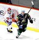 Hokejisté Třince (v bílém) si díky dvěma zásahům Ethana Wereka zajistili výhru nad ve formě hrajícími Karlovými Vary v poměru 2:1.