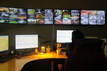 Dispečer městské policie má díky kamerám město doslova jako na dlani.