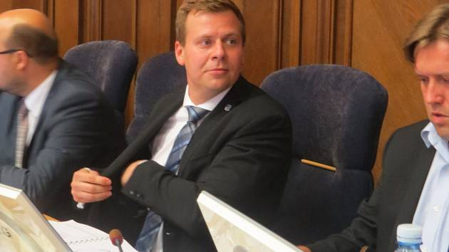 Zasedání zastupitelstva. Primátor Michal Pobucký na snímku uprostřed. Ilustrační foto.