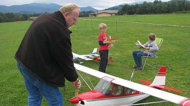 René Hradil z Lysůvek je nadšeným leteckým modelářem. Americký letoun pro turistiku a nácvik pilotáže, který představil na letišti v Místku-Bahně, stavěl pět let a zejména po nocích. Hradil vede k modelářství také své dva syny.
