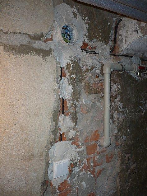 Na snímku prostory domu vHálkově ulici vMístku. Pořídil je muž, který zde koupil byt.