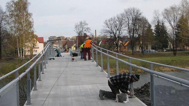 Výstavba nového mostu poblíž Okresního soudu ve Frýdku-Místku je těsně před dokončením.