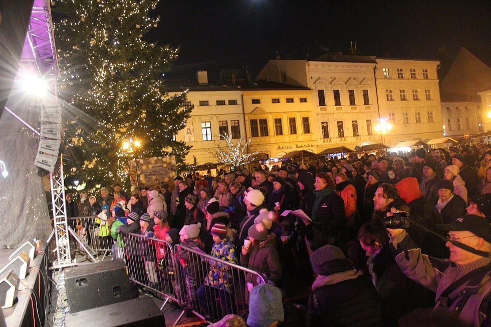 Náměstí Svobody ve Frýdku-Místku ožilo akcí Česko zpívá koledy.