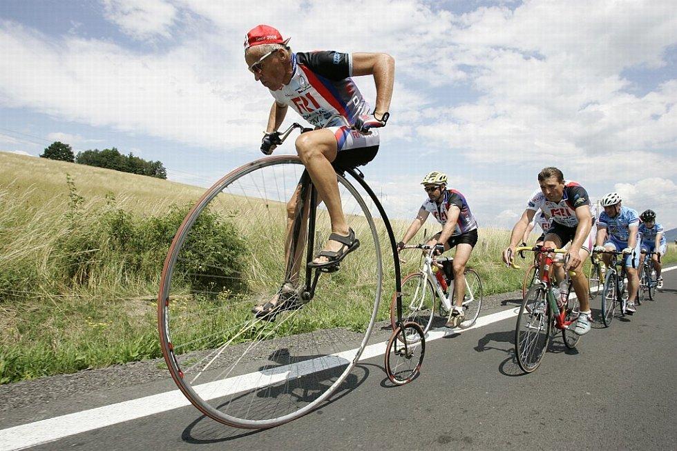 Peloton v čele s velocipedistou Josef Zimovčákem projíždí ve dnech 28. června až 20. července Českou republikou.