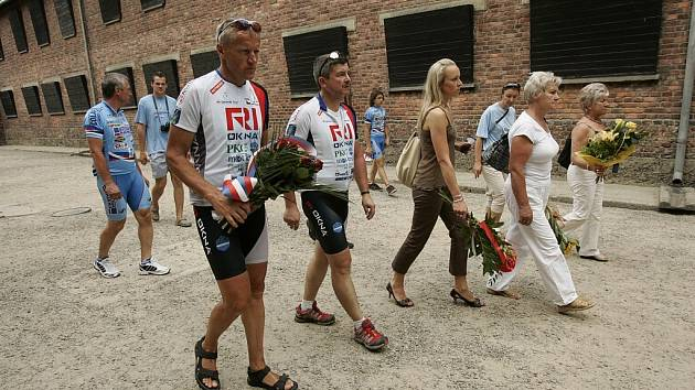 Trasa vedla i do polské Osvětimi, kde se celá skupina poklonila památce obětí 2. světové války.