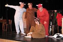 Divadlo Čtyřlístek ve Frýdku-Místku uvedlo v pátek premiéru Dámská šatna. Autorskou tragikomedie Arnošta Goldflama nastudovaly herečky ochotnického divadla pod vedením Jana S. Kukuczky.