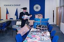 Okresní policejní mluvčí Ivan Žurovec během pondělní tiskovky ukázal zabavené nosiče, které chtěl obviněný rovněž zpeněžit.
