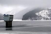 Přehrada Šance v těchto dnech přijímá vodu z tajicího sněhu i z deště.