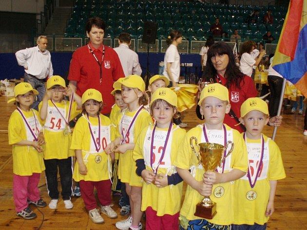 Děti z mateřské školky Janáčkova, které vyhrály 1. Sportovní hry Moravskoslezského kraje, konané v Ostravě.