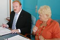 Frýdecko–místecká primátorka Eva Richtrová a primátor Žiliny Ivan Harman v pátek ve Frýdku podepsali dohodu o spolupráci mezi oběma městy.