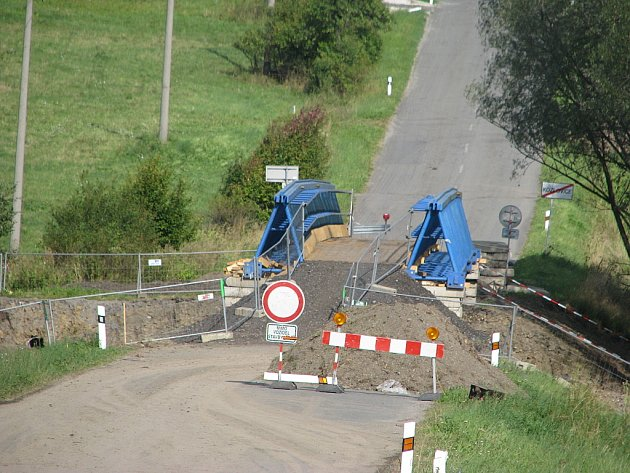 V Kozlovicích se nyní ve směru na Lhotku rekonstruuje most, projdou jen pěší.