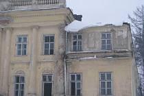 Zámeček v Hnojníku (na archivním snímku) je na tom lépe než památka v Ropici. Zatímco tento objekt má vlastníka, který deklaruje snahu o rekonstrukci, zanedbaná ropická ruina se teprve draží.