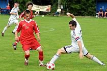 Divizní fotbalisté Lískovce (v bílém) prohráli v posledním kole na domácím stadionu s týmem Nového Jičína 0:2