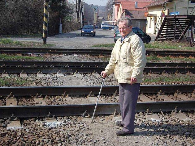 Pan Gustav Kubaczka u místa, kde by podle něj měl být přechod.