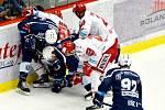 Třinečtí hokejisté (v bílém) prohráli úvodní semifinále s Plzní 1:4.