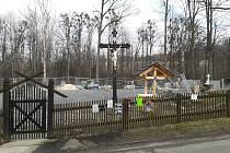Místo, kde stával vypálený dřevěný kostelík v Gutech. Na jeho místě letos vyroste nový.