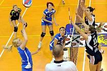 Volejbalistky Frýdku-Místku (modré dresy) podlehly v domácím prostředí olomouckým vysokoškolačkám 0:3. V sérii, hrané na tři vítězné utkání, tak vedou Hanačky 2:1.
