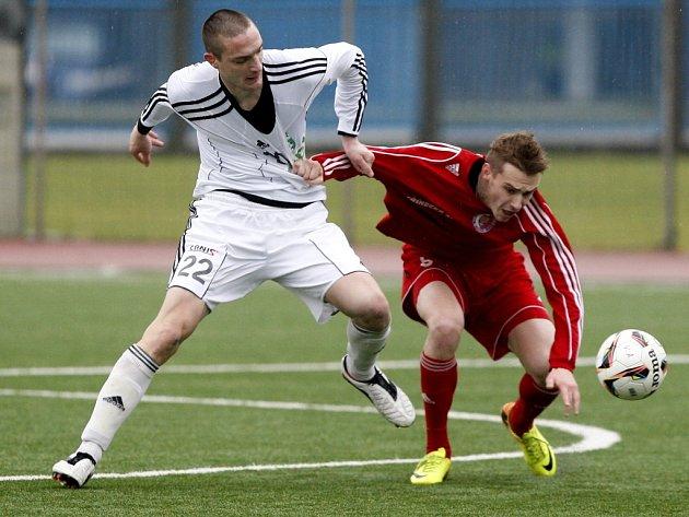 Radek Gulajev (v červeném) v souboji o míč s karvinským Mihailo Jovanovicem.