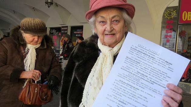 Sylva Grygarová v podloubí místeckého náměstí Svobody s letákem, který ženy rozdávaly kolemjdoucím.