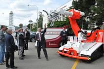 Záchranářský robot předvedl své umění i na nedávném veletrhu v Brně.