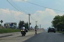Motorkář na předpisy kašlal. Na červenou se nechtělo stát motorkáři na snímku, tak se na kraji Vendryně v sobotu odpoledne klidně pustil do jízdního pruhu, který se opravuje.