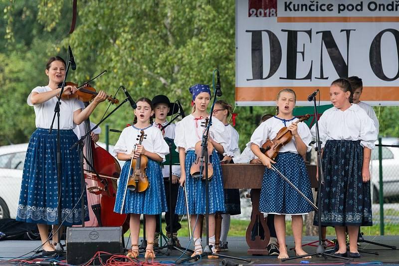 Dětská cimbálová muzika Ondřejníček na Dni obce Kunčice pod Ondřejníkem.