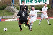 Lískovecký Mikulenka (v bílém) se snaží obejít jednoho z hranických fotbalistů.