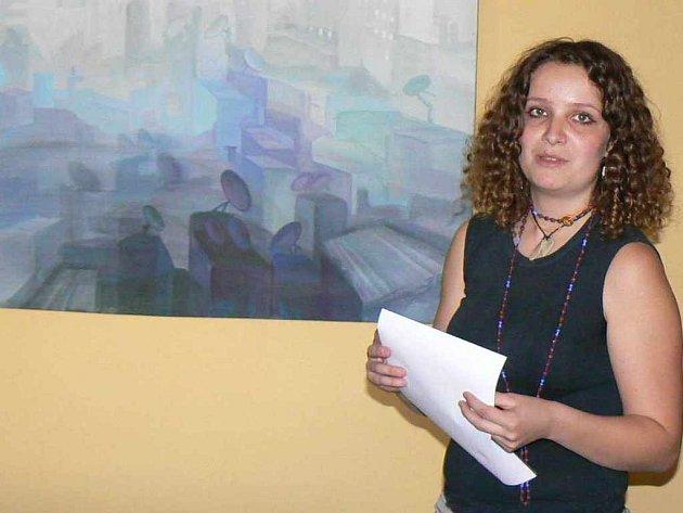 Tereza Kolářová u jednoho ze svých obrazů s káhirskou tématikou.