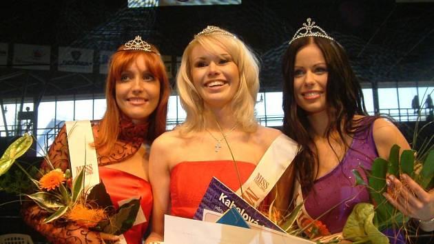 Snímek zachycuje úspěšné finalistky jednoho z předchozích ročníků soutěže Miss Steel.