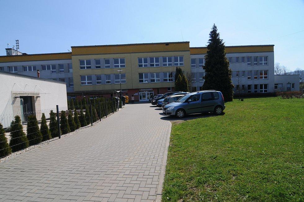 Budova základní školy ve Fryčovicích.