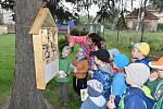 Do sedmi školek v regionu darují Třinecké železárny hmyzí domky.