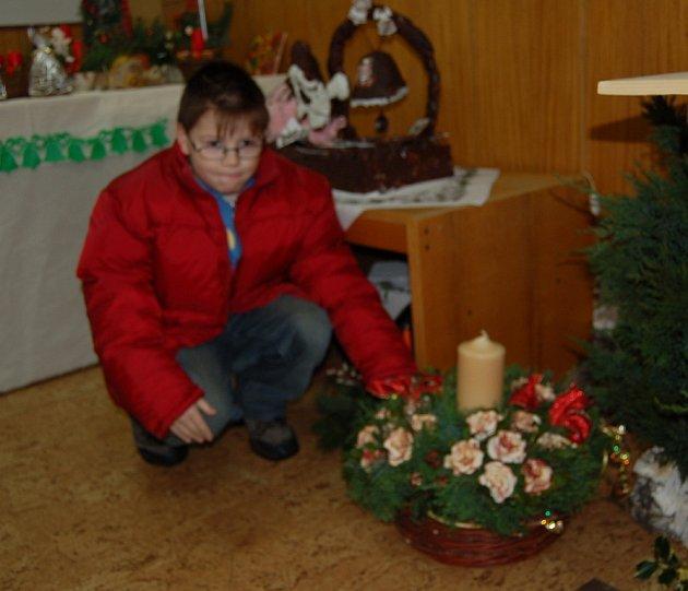 Jirka Augustin obdivuje svícen ozdobený růžemi ze sušených jablek.