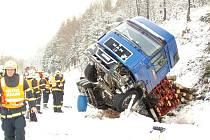 Kamion, který převážel dřevo, se převrátil do zasněženého příkopu nad přehradou Šance.