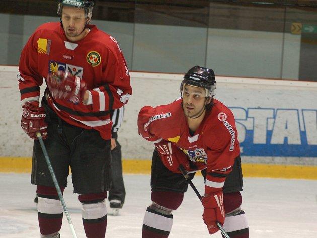 Petr Kanko (uprostřed) v soustředění společně se svým spoluhráčem Ondřejem Měkýšem (vlevo).