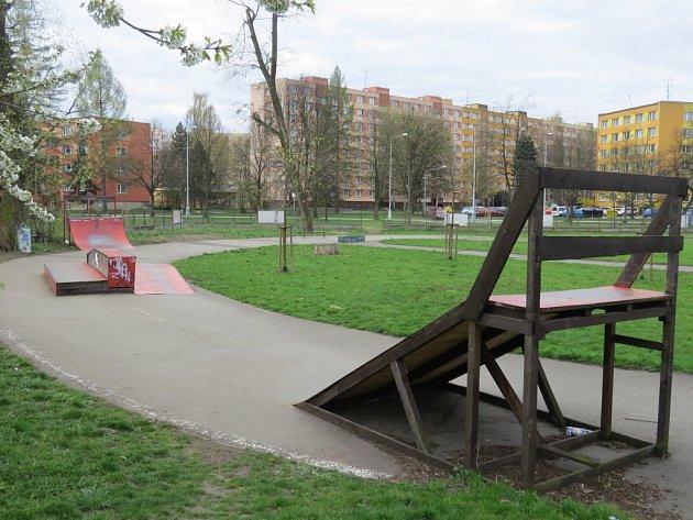 Malý skatepark vedle cyklostezky u řeky Ostravice by chtěli příznivci skateboardu a dalších kolečkových sportů přebudovat v moderní areál. Část lidí z okolních domů je proti.