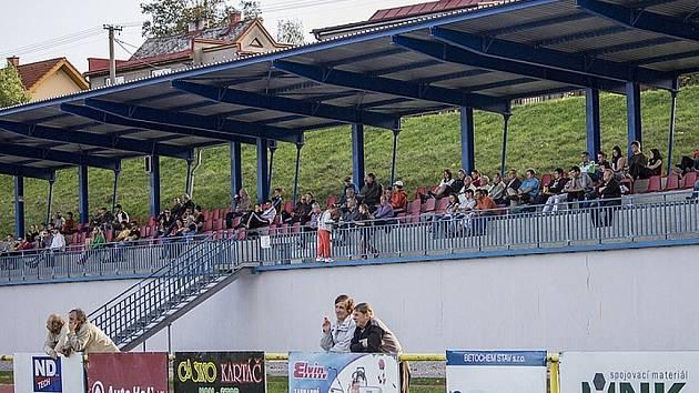 Diváci v Brušperku mají k dispozici tribunu s hezkým výhledem.