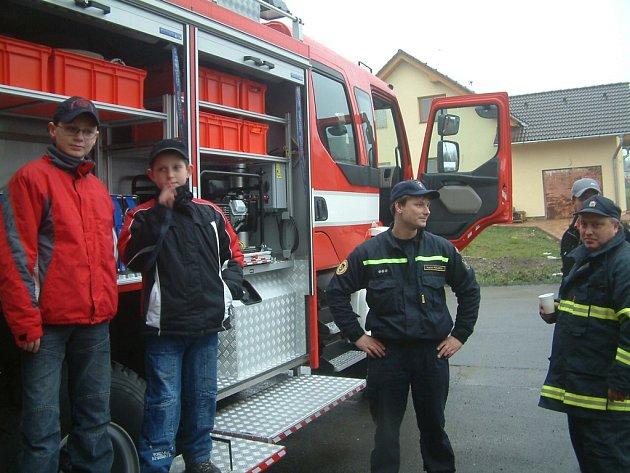 Dvanáctiletý Jan Vyvial a jedenáctiletý Vojtěch Trubák (zleva) chodí v Kozlovicích do kroužku mladých hasičů. Jan plánuje, že by se v budoucnu chtěl stát profesionálním záchranářem. Novým hasičským automobilem jsou oba nadšeni.