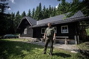 Lesní správce Tomáš Peka na lovecké chatě Labašky, 24. června 2021 v Beskydech.