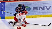 Třinec (v bílém) sehrál proti Vítkovicím druhé utkání.