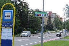 Tabule informuje řidiče o volných parkovacích místech.