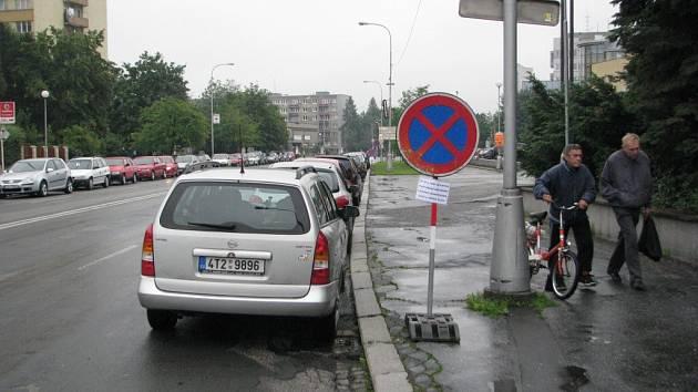Už za pár dnů začne celková rekonstrukce ulice 8. pěšího pluku poblíž místeckého náměstí Svobody. Řidiče tu čekají dopravní omezení, na které je už teď s předstihem upozorňují dopravní značky.