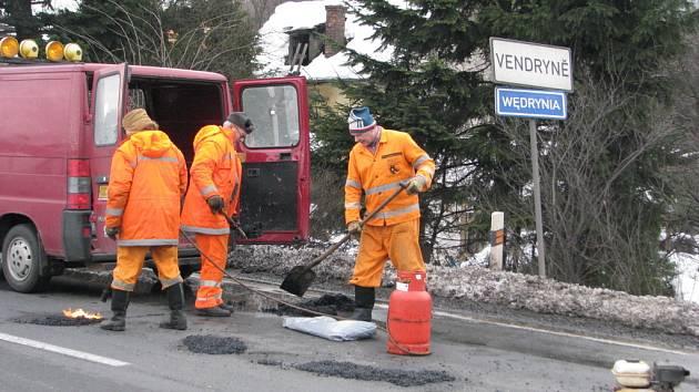 Silničáři v sobotu odpoledne opravovali úsek silnice na pomezí Třince a Vendryně, na němž je po zimě řada velkých děr. Jízda u restaurace Zobawa připomínala slalom. Na hlavním tahu se v obou směrech tvořily kolony.