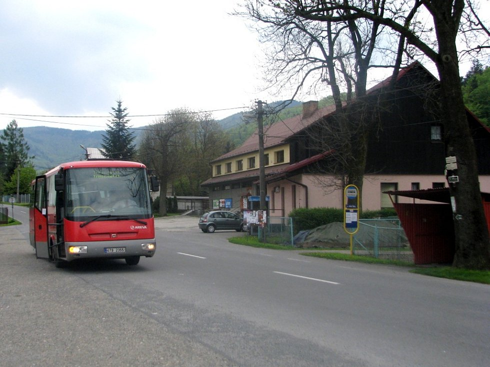 Spojení s okolím zajišťují v Řece autobusy, vlak jezdí pouze do Stříteže.