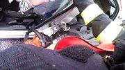 Zásah hasičů u vážné nehody v Mostech u Jablunkova na snímcích z osobní kamery.